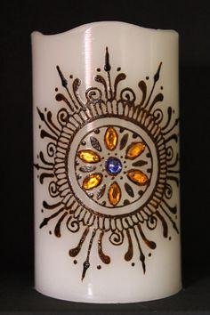 en 3 por vela en 6 LED hecha de cera real. Hecho a mano diseño de henna. Joyas color puede variar. Hace un gran regalo y perfecto para la decoración de cualquier hogar o evento. Utiliza 2 baterías AA (no incluidas). Hecho a la medida. Listo para enviar dentro de 3-5 días laborales, después de la producción.