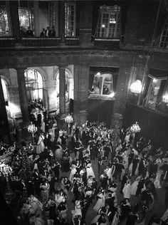 Baile en el palacio Lambert 1950 by Robert Doisneau Old Paris, Paris Love, Vintage Paris, Robert Doisneau, Old Photography, Street Photography, Vintage Photographs, Vintage Photos, 14 Avril