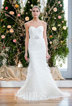 "Brides: Spring 2016 #Wedding Dress Trends ""feathers"" 2016年春の#ウェディングドレス トレンド「フェザー」を使ったデザイン"
