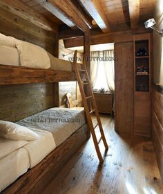 Small narrow room with one window D House, House Beds, House Rooms, Chalet Design, Small Lake Houses, Cabin Bunk Beds, Built In Bunks, Chalet Interior, Narrow Rooms