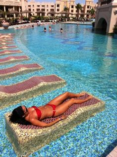 tanning chairs.. in the pool!!