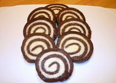 Jednoduchá nepečená kokosová roláda z keksíkov s výbornou kokosovou náplňou. Dessert Recipes, Desserts, Chocolate Cake, Cookies, Sweet, Christmas, Diet, Kuchen, Simple