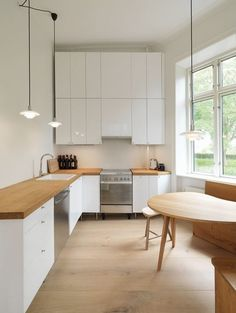 <p>När vi renoverar kök väljer vi helst ett L-format kök med vita luckor. I genomsnitt innehåller vara kök 14 skåp, men som alltmer byts ut mot praktisk lådförvaring. Vi tänker helt enkelt både på funktionalitet och stil när vi planerar kök.</p>