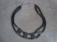 Maxi Colar confeccionado com placas de metal na cor prata velha e contas de resina plástica preta.  Altura regulável R$52,00