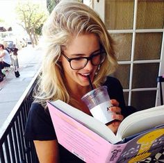 Emily Bett Rickards reading a Rainbow Rowell book. Emily Bett Rickards, Felicity Smoke, Arrow Felicity, Arrow Cast, Arrow Tv, Team Arrow, Je T'adore, Cw Series, Supergirl And Flash