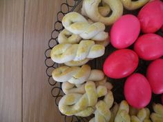 """Greek """"Koulouria"""" with Easter Eggs"""