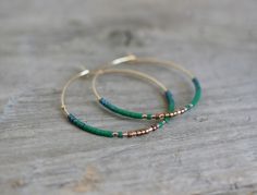 Image of Boucles d'oreilles créoles en perles de rocailles vertes.