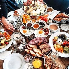 Café des Amis - Zürich Wanna have a huge brunch with friends or family? Maybe you should try Café de Amis in Nordstrasse, Zurich. A big Etagerie with different kinds of jam, choice of cheese and meat, Bacon and egg and a lot of bread. Looks like a big assortment.