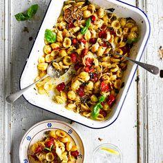 De smaak van Italie op je bord! Dit goddelijke recept wordt gemaakt met orecchiette, pasta in de vorm van kleine 'oortjes'. De basilicum, parmezaan en kerstomaten geven dit pastagerecht een ontzettend lekkere smaak. Buon appetito!    1. Verwarm de...