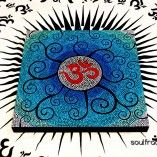Tablero #OM Espirales   Irresistible mesa auxiliar pintada a mano en Vivos y Alegres Colores. Ideales para la decoración de cualquier lugar, ya que desprenden por su propia simbología #Alegría y #Energía #Positiva el espacio en el que se encuentre. ❥Regala y Disfruta de detalles con Significado ツ #Arte #Luz #Color # Amor #Meditación #Paz #Armonía #talisman #relajación #creatividad #serenidad #unidad #protección #decoración #espiritual #ArteSano