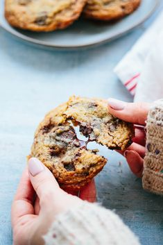 These Chocolate Toffee Chunk Cookies are crispy, chewy, buttery, sweet, a little bit salty and studded with chunks of toffee and chocolate. Chocolate Espresso, Chocolate Toffee, I Love Chocolate, Chocolate Chip Oatmeal, Salted Chocolate Chip Cookies, Paleo Chocolate Chips, Homemade Toffee, Toffee Bits, Cookie Dough