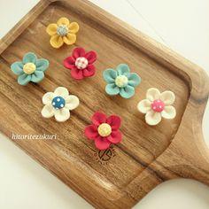 前回のお花マグネットの作り方です。直径5㎝くらいの花ができます。材料①花びら用フェルト(2✖10㎝)②マグネットと同じサイズに切ったフェルト③マグネット④くる…