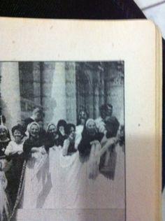 Ojo el rostro torturado y fantasmal arriba a la derecha de la foto del día de la canonización de Sor Faustina en Roma