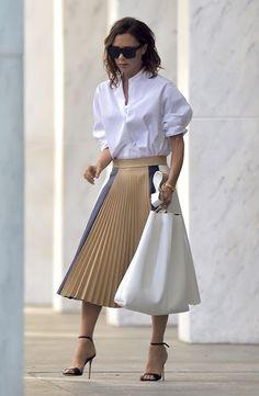 Victoria Beckham en chemise blanche et jupe plissée Victoria Beckham