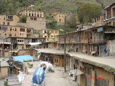Masouleh est à environ 60 km au sud-ouest de Rasht. Le village se situe 1 050 mètres au-dessus du niveau de la mer dans la chaîne de l'Elbourz, à côté du littoral sud de la mer Caspienne.. Les bâtiments ont été construits à flanc de montagne et sont reliés entre eux. Les cours et les toits servent d'espaces piétons de la même façon que les rues, puisque le toit d'une maison sert de cour à la maison qui est située au-dessous. Iran 2006.