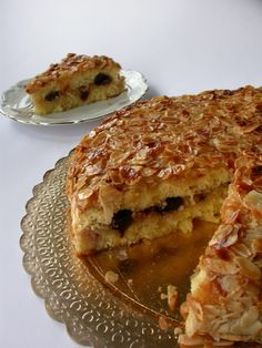 Pan di Spagna: fatto con 6 uova,200 gr.di zucchero,250,gr.di farina,1 cucchiaino di essenza di vaniglia,lavorazione solita. Pasta di mandorla: 250 gr. di mandorle pelate,250 gr.di zucchero,albume q.b. (io 2 e 1/2),3 gocce di essenza di mandorla amara. Bagna allo strega o limoncello:300 gr.di acqua,150 di zucchero,1 tazzina di liquore. 3 cucchiai di marmellata di albicocca. Amarene sciroppate q.b. Mandorle a lamelle q.b.