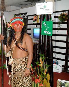 Artesania en el mundo indigena, elaboración de  instrumentos de caza Morona Santiago. Amazonia Ecuatoriana Foto: Celia López