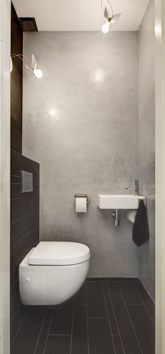 BETON CIRE / ABGEFAHRENE LAMPEN * This small bathroom is designed efficiently thereby created a great effect. The bathroom is equipped with all facilities: toilet, sink, shower and storage. Guest Toilet, Small Toilet, Downstairs Toilet, Modern Toilet, Bathroom Interior, Modern Bathroom, Small Bathroom, Bad Inspiration, Bathroom Inspiration