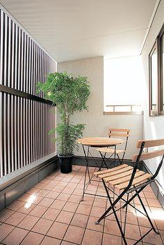家族が集まるLDKを光で満たした家 外からの視線を気にせずくつろぎを 2階に設けられたインナーバルコニー。 人も車も多く行き交う道路に面しているため、格子を設置。プライバシーを守りながら、光と風を通しています。 Balcony Garden, Terrace, Garden Planning, My Room, Modern Contemporary, Ideal Home, Outdoor Living, House Plans, New Homes