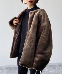 【PAGEBOY CORE】媚びない、自立した『オンナマエ』な女性に向けたファッション。COOLでMODEなスタイルを、今の時代と気分に合わせて提案。リバーシブル仕様にデザインされたエコファーブルゾンです。エコファー側はエッジの効いた高級感ある印象、キルティング側はシックなミリタリー感ある印象に仕上げているので、色んな印象のスタイリングが楽しめます。抜いて着用するバランスにもこだわったノーカラーデザインがポイントです。高級感のある仕上がりを目指し、エコファー素材にこだわりました。さりげない光沢感を持たせ深みのある発色が出るように仕上げています。毛足の長さも着用バランスを考えたショートファーにシアリングしています。暖かい着心地と高いファッション性を持ち合わせたエコファーブルゾンとなっています。 ※撮影環境により、光の当たり具合で色味が違って見える場合があります。あらかじめご了承下さい。 Sheepskin Coat, Page Boy, Fur Coat, Style Inspiration, Couture, Jackets, Clothes, Collection, Products