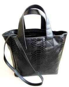 18fe286e107 Zwarte lederen handtas met slangenprint De tas is voorzien van een luxe  slangenprint en is gemaakt