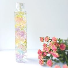 薔薇農園で丁寧にお一つずつ作られた、美しいアンティークピンクローズのドライフラワーがポイントのハーバリウム。1本の価格となります。高品質な素材のみを厳選して使用。ラグジュアリーな雰囲気をボトルに美しくとじこめました。キャップ部分もクリアで上品なスクエアの高級瓶を使用した、プレミアムハーバリウム。【6月24日発売新作】上品ロングタイプはこちら→https://www.creema.jp/item/4214641/detail〜いろいろなスペースで草花による癒しの空間を創り、毎日にほっとする瞬間を~------------------------------------------------Thirlaysとは妖精の名前。。花の妖精が好むシアレスフラワーリウムの世界。ドライフラワーやプリザーブドフラワーを特別な保存液(ミネラルオイル)に浸すことで、花やハーブをお手入れ不要で美しいままお楽しみいただけるインテリアです。-----------------------------------------------【ラッピングのメッセージ...