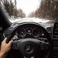 いいね!19.8千件、コメント36件 ― Mercedes-Benz USAさん(@mbusa)のInstagramアカウント: 「7/9 | #MBPhotoPass | @resatka It's heated steering wheel season. Stay cozy inside the GLS550 this…」