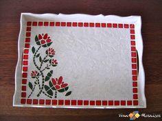 """Mosaico: Bandeja em MDF com tema """"Floral"""" Dimensões:  43x28x6cm  Confecção: Pastilhas nas cores: Branca, vermelha e verde. MDF pintado com tinta acrílica branca e craquelado. Rejunte Branco. Foto meramente ilustrativa. A peça pode sofrer uma leve alteração de cor. Mosaic Tray, Mosaic Glass, Stained Glass, Mosaic Madness, Mosaic Crafts, Unique Gardens, Crafty Projects, Wall Plaques, Decoupage"""
