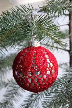 Omhaken van een kerstbal uit inhaken op de winter