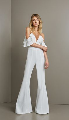 In Brazil we have the habit of ringing the new year in white. The date is near but I believe many people still don't know what to wear on New Year's Eve. So I separated inspirations for you! White Outfits, Dress Outfits, Fall Outfits, Fashion Dresses, Daily Fashion, Girl Fashion, Bridal Pants, Chic Dress, Elegant Outfit