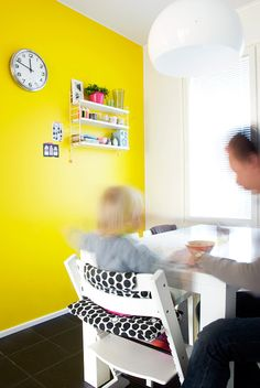 White Stokke Tripp Trapp with Yellow wall. Kitchen Wall Colors, Modern Home Furniture, Ergonomic Chair, Yellow Walls, Room Tour, Cool Rooms, Scandinavian Design, Home And Family, Shabby