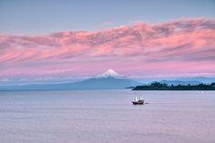 El Capitán Haase navegando la tarde #llanquihue #PuertoVaras Patagonia, Beautiful Places, Landscapes, Sky, Mountains, Nature, Travel, Bicycle Kick, Volcanoes