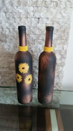Did you know that decorated bottles can help decorate your home and even your party? Yes, everyone wants to keep the environment beautiful and decorated, Wedding Bottles, Pet Bottle, Bottle Lights, Bottle Painting, Succulent Pots, Easy Paintings, Gold Paint, Vases Decor, Cut Glass