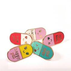 Happy pill pin is een hard emaille pin waar iedereen blij van wordt. We hebben een hele serie pills die je kado kunt geven of gewoon lekker zelf verzamelen. Welke kies jij? Happy, Chill of Love? Deze hard emaillen pin is 20mm groot met gold plating. De verzendkosten voor NL en BE als je alleen …