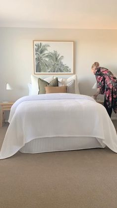 Create a light summer look for summer with some simple additions. Bedroom Decor For Couples, Guest Bedroom Decor, Small Room Bedroom, Room Ideas Bedroom, Small Rooms, Couple Bedroom, Decorating A Bedroom, Bench In Bedroom, Cream Bedroom Walls