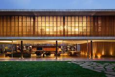 Casa Toblerone / StudioMK27 – Marcio Kogan @dimnr #facade #living #patio #yard #green #lighting
