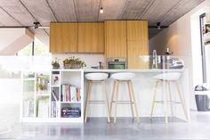 Cuisine dans Habitation privée Box central  îlot avec bibliothèque  by www.megganverschoore.com  Photo by Elodie Deceunick