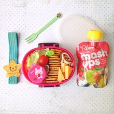 amelia loves when i send a special fruit pouch with her bento -- it doesn't happen often so she can still consider it a treat ☺️ i put it under the #bento box & wrap an elastic band around it -- so easy! #marineparentsbento