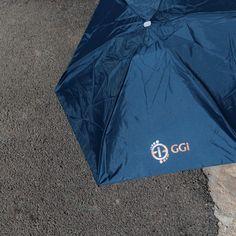 Mini ombrello pieghevole con apertura manuale, manico in plastica, dimensione 90x48 cm, custodia in EVA ( 7x17 cm), personalizzato con transfer serigrafico. #ombrellipersonalizzati #ombrelli #