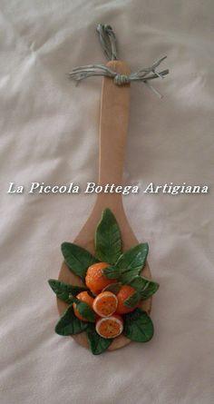 Mestolo in legno cm 23 decorato con arance in pasta di mais