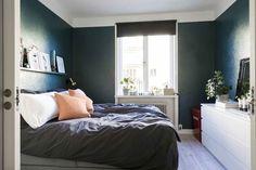 En Suède, les murs ne sont pas toujours blancs - PLANETE DECO a homes world Bed, Furniture, Home Decor, White People, Walls, Decoration Home, Stream Bed, Room Decor, Home Furnishings