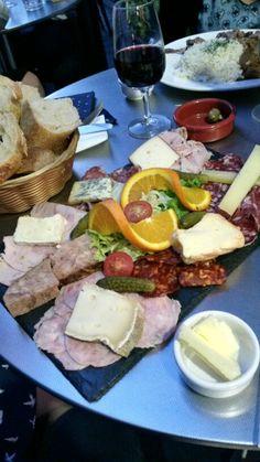 La Bouteille sur la Table - Situé dans le charmant passage Geoffroy Didelot du 17e. Caviste et restaurant à la fois, nous avons affaire à de vrais connaisseurs en la matière. Les planches et les plats sont généreux avec un très bon rapport qualité prix, et le service est impeccable.