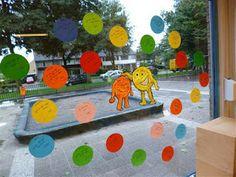 van opstekers word je blij. De opstekers die de kinderen elkaar gegeven hebben staan op de gekleurde ballen. 7 Habits, Seo, Classroom, Kids Rugs, Creative Things, Education, Spelling, Class Room, Kid Friendly Rugs