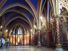 Saint Chapelle. París, siglo XIII. La capilla inferior está iluminada gracias a una mini-nave en los laterales que soporta el peso de la bóveda de crucería.