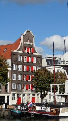 Monumentaal pakhuis aan de Kuipershaven in Dordrecht. The Netherlands