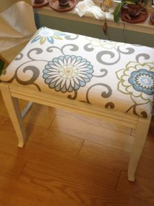 And Finally, A Bench {Don't Rain on My Projects} – Mid-Century Mod Podge Piano Stool, Piano Bench, Paint Furniture, Furniture Makeover, Painted Chairs, Painted Pianos, Home Improvement Projects, Home Projects, Dressing Table Bench