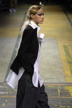 Yohji Yamamoto - Ready-to-Wear - Runway Collection - Women Spring / Summer 2006 Yoji Yamamoto, Japanese Fashion Designers, Japan Design, Asian Fashion, Fashion Women, Black White Fashion, Layered Look, Ready To Wear, Autumn Fashion
