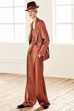 Max Mara Pre-Fall 2019 Fashion Show Collection: See the complete Max Mara Pre-Fall 2019 collection. Look 16 Max Mara, Fashion Over 50, Pink Fashion, Womens Fashion Australia, Vogue, Fall Capsule Wardrobe, Models, Fashion Show Collection, Fashion Games
