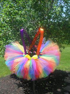 Ce tutu adorable et lumineux est parfait pour les costumes de clown ! Elle est faite avec une tulle rouge, orange, jaune, verte, bleue et