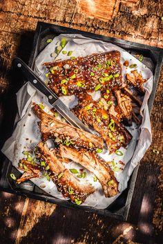 Žebra, ať už hovězí, vepřová, nebo uzená, v redakci prostě milujeme – krátké maso je plné chuti a krásně šťavnaté. Dáte si je s námi grilovaná, vařená v lahodných tacos, nebo jako klasiku v polévce? Ribs On Grill, Grilling, Turkey, Beef, Baking, Food, Tacos, Treats, Ribs On The Grill
